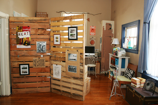 10 Ways to Make Living in an Apartment More Efficient With ... on Pallet Room  id=33382